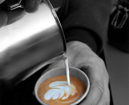 Latte-art-schenktechniek barista inhuren